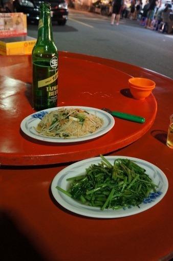 ビーフンと青菜炒め、台湾18日ビールの写真