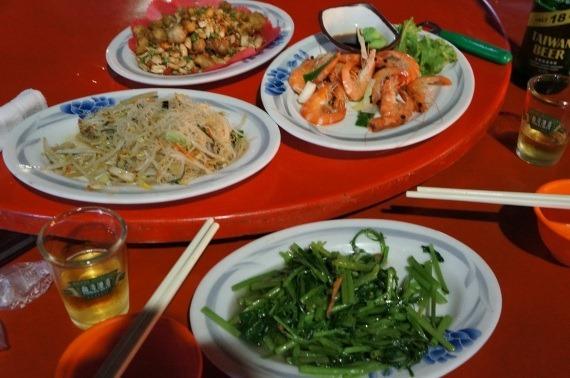 蒸しエビと青菜炒め、台湾18日ビール、ビーフンを回転テーブルで食べている写真